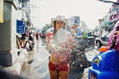苏梅岛,泰国- 4月13 :在照相机的未认出的女孩射击水在水战斗节日或Songkran节日 库存照片