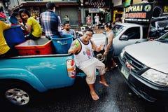 苏梅岛,泰国- 4月13 :提取的树干的未认出的年轻泰国人在水战斗节日或Songkran节日的 免版税库存图片