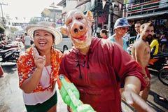 苏梅岛,泰国- 4月13 :未认出的泰国女孩和人有猪的掩没摆在Songkran节日 免版税库存图片