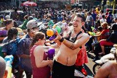 苏梅岛,泰国- 4月13 :未认出的游人在水中与节日或Songkran节日战斗 库存照片