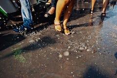 苏梅岛,泰国- 4月13 :舞蹈腿在水中与节日或Songkran节日战斗 图库摄影