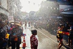 苏梅岛,泰国- 4月13 :街道在水战斗节日或Songkran节日的水战斗 免版税图库摄影