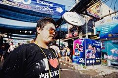 苏梅岛,泰国- 4月13 :水战斗节日或Songkran节日的未认出的被抹上的人 库存图片