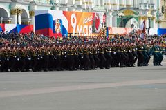苏沃洛夫军校的军校学生胜利天的排练的在宫殿正方形游行 库存图片