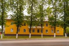 苏沃洛夫市,图拉地区,俄罗斯 明亮的绽放的整洁的二层楼的房子 图库摄影