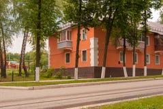苏沃洛夫市,图拉地区,俄罗斯 明亮的绽放的整洁的二层楼的房子 免版税图库摄影