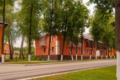 苏沃洛夫市,图拉地区,俄罗斯 明亮的绽放的整洁的二层楼的房子 免版税库存照片