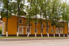 苏沃洛夫市,图拉地区,俄罗斯 明亮的绽放的整洁的二层楼的房子 库存照片