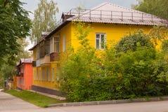 苏沃洛夫市,图拉地区,俄罗斯 明亮的绽放的整洁的二层楼的房子 库存图片