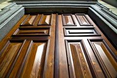 苏米拉戈提取在门教会木意大利lomba的敲门人 图库摄影