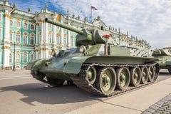 苏联中型油箱二战的时期T-34在军事爱国行动的对宫殿正方形,圣彼德堡 免版税库存照片