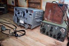 苏联党羽军用电台和电话在战争中 库存照片