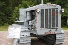苏联减速火箭的老拖拉机Stalinets 免版税库存图片