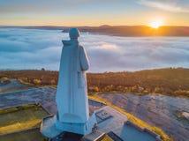 苏联北极纪念碑阿廖沙的防御者鸟瞰图在摩尔曼斯克在一有雾的天 免版税库存图片