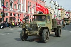 苏联卡车ZiS-5 UralZIS-5在减速火箭的运输游行参与以纪念胜利天 免版税库存照片
