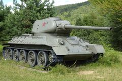 苏联坦克T-34在森林里 免版税库存照片