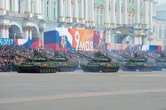 苏联坦克T-72B3的专栏在宫殿正方形的 游行彩排以纪念胜利天 免版税库存照片