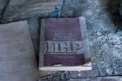苏联宣传小册子关于在俄语的波兰共和国在桌上在被毁坏的学校在Pripyt 免版税库存图片