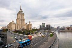 苏联帝国样式的摩天大楼-苏联旅馆`乌克兰`的大厦在莫斯科河堤防的 免版税库存照片