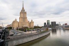 苏联帝国样式的摩天大楼-苏联旅馆`乌克兰`的大厦在莫斯科河堤防的 免版税库存图片