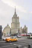 苏联帝国样式的摩天大楼-苏联旅馆`乌克兰`的大厦在莫斯科河堤防的 库存图片