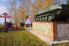 苏联战士的葬礼站立在纪念碑的坦克的组织由搜寻者 库存照片