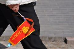 苏联旗子在一个老妇人的手上 库存图片