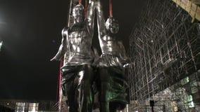 苏联时代工作者和集体农场妇女的标志的重建 股票视频