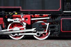苏联时期的老黑蒸汽机车的轮子 机车的边有转动的技术的元素的  图库摄影