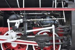 苏联时期的老黑蒸汽机车的轮子 机车的边有转动的技术的元素的  库存照片