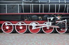 苏联时期的老黑蒸汽机车的轮子 机车的边有转动的技术的元素的  库存图片