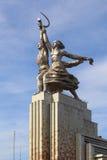 苏联纪念碑工作者和苏联的集体农庄的妇女在莫斯科 免版税库存照片