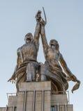 苏联纪念碑工作者和集体农场女孩 关闭上色百合软的查阅水 图库摄影