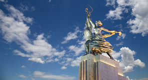 苏联纪念碑Rabochiy我Kolkhoznitsa (工作者和苏联的集体农庄的妇女或者工作者和集体农夫)雕刻家维拉Mukhina 图库摄影