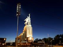 苏联纪念碑Rabochiy我Kolkhoznitsa (工作者和苏联的集体农庄的妇女或者工作者和集体农夫)雕刻家维拉Mukhina 免版税库存图片