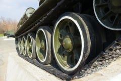 苏联老T-34坦克转动特写镜头 免版税图库摄影