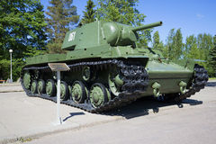 苏联重的坦克KV-1,被安装在列宁格勒封锁`博物馆西洋镜`断裂  冬天 免版税图库摄影