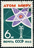 苏联- 1963年:展示原子图和输电线、世界没有胳膊和战争 免版税库存图片