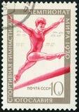 苏联- 1970年:展示平衡的酒吧的,第17个世界体操冠军,卢布尔雅那女子运动员 免版税库存照片