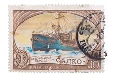 苏联1977年:盖印,密封,展示著名俄国船icebr 库存照片