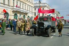 苏联ZiS-5卡车在减速火箭的运输游行参与以纪念在涅夫斯基Prospekt的胜利天 图库摄影