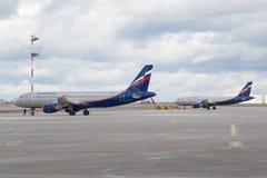 苏航两个空中客车A320航空器在飞行前的在谢列梅机场机场  库存图片