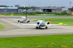 苏航俄国航空公司波音737-8LJ和奥地利航空福克战斗机100航空器在前发射在普尔科沃国际性组织 库存图片