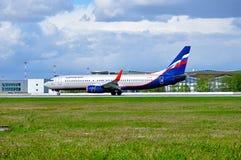 苏航波音737下架Gen飞机在跑道乘坐在到来以后在普尔科沃国际机场在圣彼德堡, 免版税库存照片
