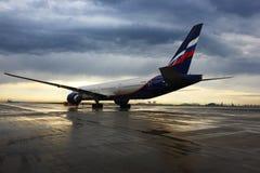 苏航站立在谢列梅国际机场的波音777-300 VQ-BQE 库存照片
