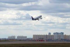 苏航航空公司客机去从谢列梅机场的飞行 库存图片