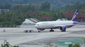 苏航航空公司波音777拖曳由机器的 股票视频