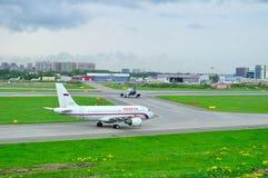 苏航航空公司空中客车A320-214和Rossiya航空公司空中客车A319-112航空器在普尔科沃圣徒Petersb的国际机场 库存图片