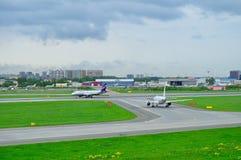 苏航航空公司空中客车A320-214和Rossiya航空公司空中客车A319-112航空器在普尔科沃圣徒Petersb的国际机场 库存照片