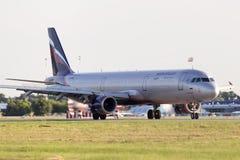 苏航-在跑道的俄国航空公司空中客车A321-211航行器着陆 库存照片
